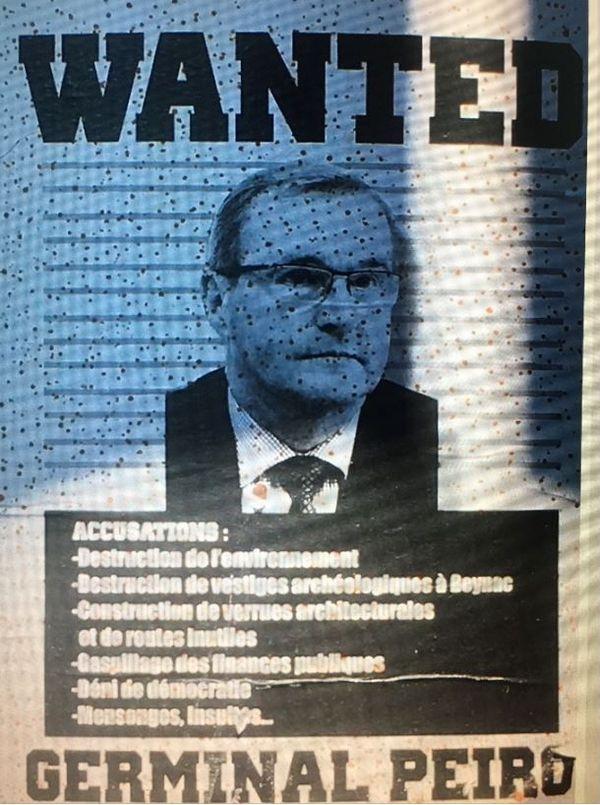 Une affiche hostile à Germinal Peiro qui a été collée par anti-déviation de Beynac sur le chantier.