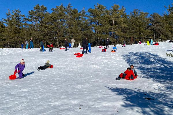 Luge, raquettes, bataille de boules de neige... le moindre champs enneigé était un terrain de jeu ce dimanche.