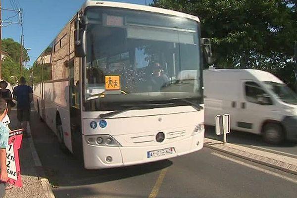 Trouillas (Pyrénées-Orientales) - manifestation contre le nouvel arrêt de car pour le ramassage scolaire jugé dangereux avec un véhicule qui double à contre-sens - juillet 2018.