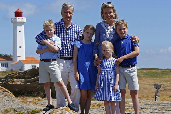 Philippe de Belgique et la Reine Mathilde avec leurs enfants hier après-midi lors d'un séance photo organisée.