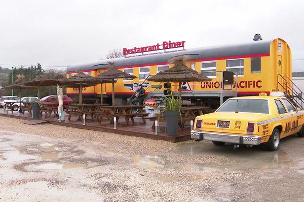"""Un """"diner"""" à l'américaine : un wagon-restaurant à Créancey en Côte-d'Or"""