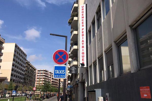 Décalée de trente mètres, l'entrée aux urgences pédiatriques de l'hôpital Lenval de Nice se fait uniquement par l'extérieur désormais.