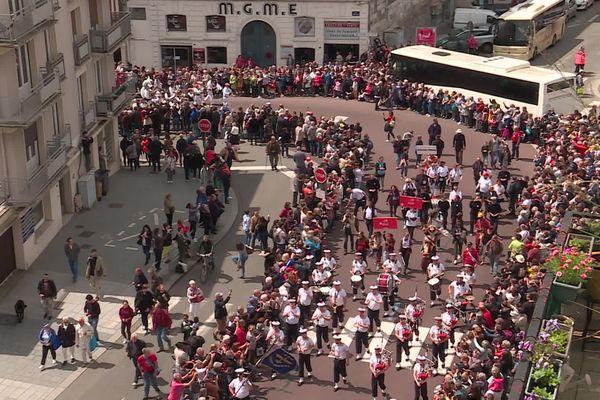Le défilé des marins dans les rues de Rouen