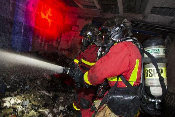 Les flammes se sont propagées dans la cage d'escaliers, menaçant les habitants.