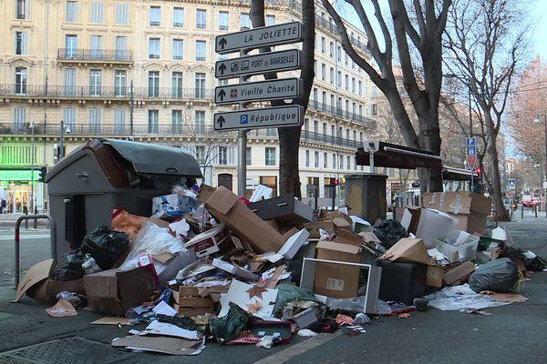 Des poubelles s'amassent dans plusieurs quartiers de la ville.