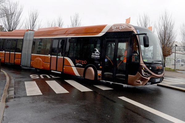 Illustration - un bus à haut niveau de service au Mans - archives.