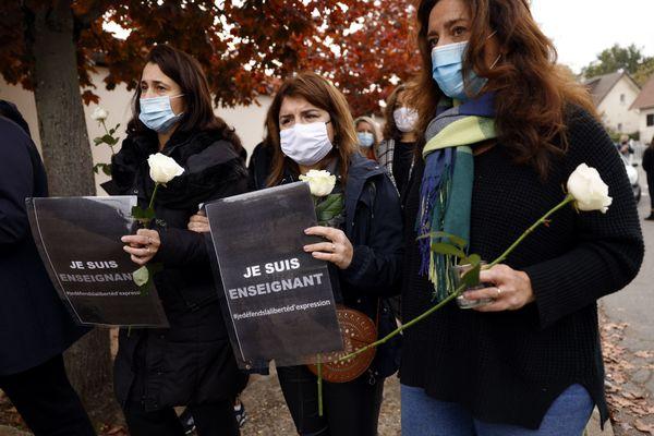 ILLUSTRATION. Les hommages à l'enseignant assassiné près de son collège dans les Yvelines se multiplient partout en France.