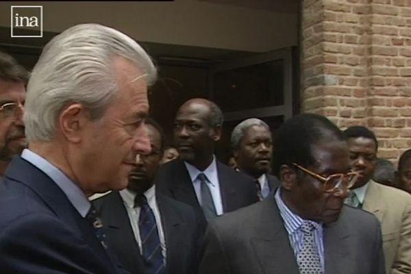 En octobre 1999, Gilles de Robien alors maire d'Amiens avait fait visiter la ville au président zimbabwéen Robert Mugabe.