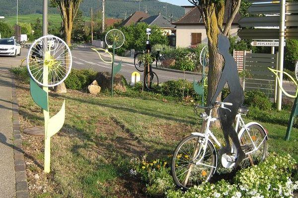 La composition florale réalisée par la Ville se situe au croisement de la rue des Fleurs et de la route départementale 1bis.