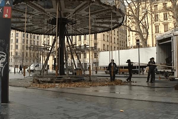 Lyon - Le démontage en cours du carrousel place de la République