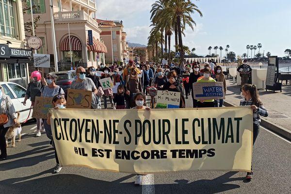 Manifestation sous le soleil à Menton (Alpes-Maritimes) ce dimanche 28 mars pour défendre les propositions citoyennes de la loi climat.