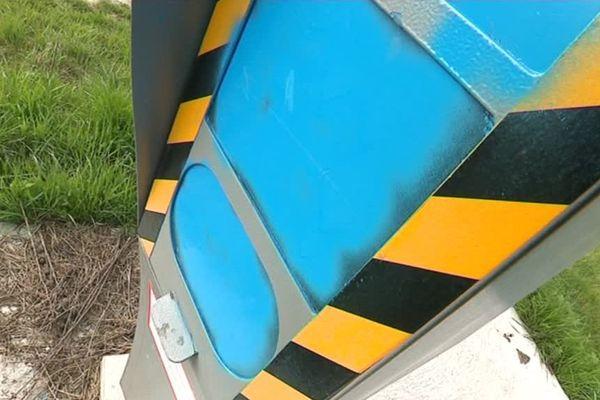 Sur la route de Dormans ou près de Reims, plusieurs radars ont été aspergés de peinture bleue.