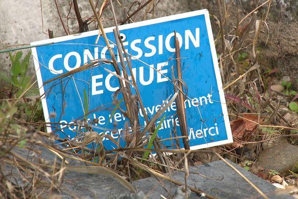 Il faut savoir que l'on peut être exproprié pour manque d'entretien. Si les concessions sont laissées à l'abandon, les dépouilles des défunts peuvent être déplacées  sur la partie commune du cimetière.