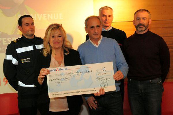 Un chèque de 254 000 Euros a été remis par les pompiers de l'espoir à l'IPC.