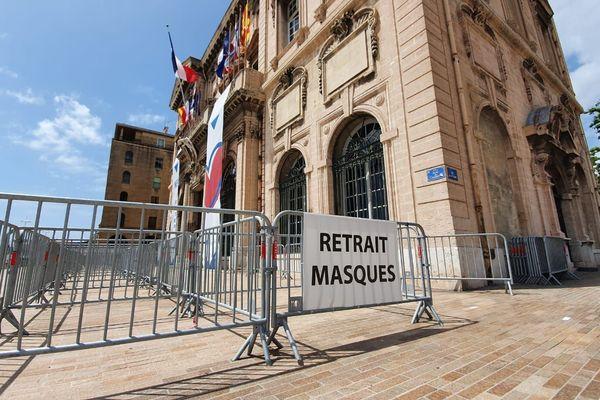 Depuis le 11 mai, la ville de Marseille propose de récupérer des masques dans une cinquantaine de points de distributions en ville.