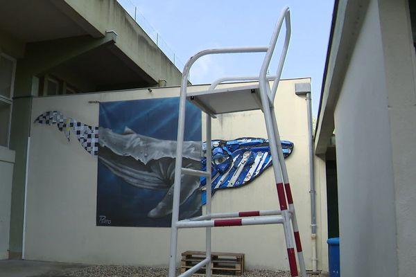 L'artiste Mathieu Perronno a réalisé cette baleine avec des matériaux de récupération sur les murs de l'ancienne piscine de Cognac, en Charente.