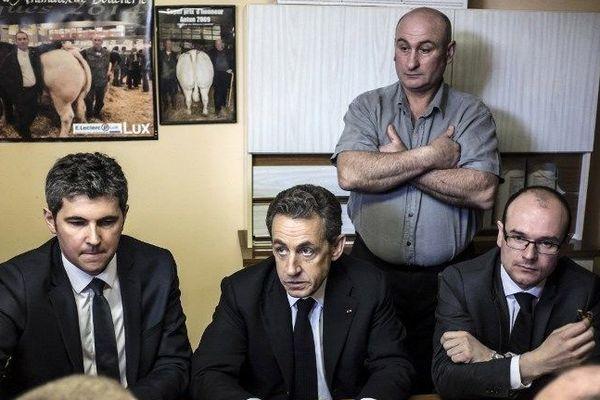 Nicolas Sarkozy (au centre) rencontre une famille d'éleveurs à Mellecey, en Saône-et-Loire, le 19 février 2015