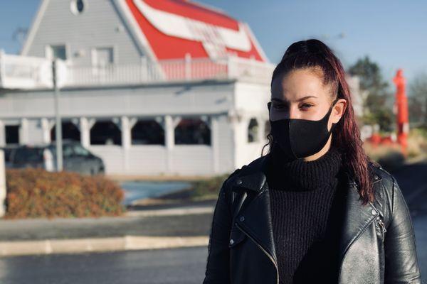 Léa, 22 ans, compte sur la réouverture des restaurants annoncée pour le 20 janvier 2021, sans quoi elle réfléchira à une reconversion professionnelle.