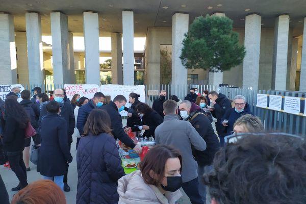 Manifestations d'enseignants et de parents d'élèves devant le lycée Marc Bloch de Sérignan.