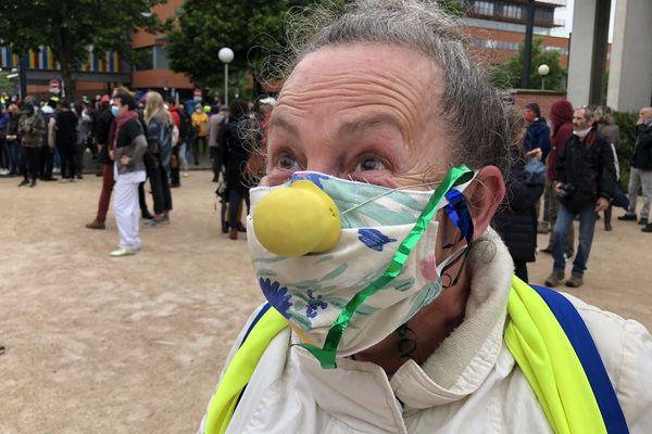 Ce clown qui se fait appeler Dopamine fait partie des gilets jaunes qui ont rejoint la manifestation du personnel soignant du CHU de Purpan.
