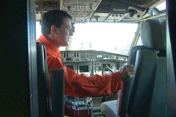 Manuel Valls à bord d'un canadair
