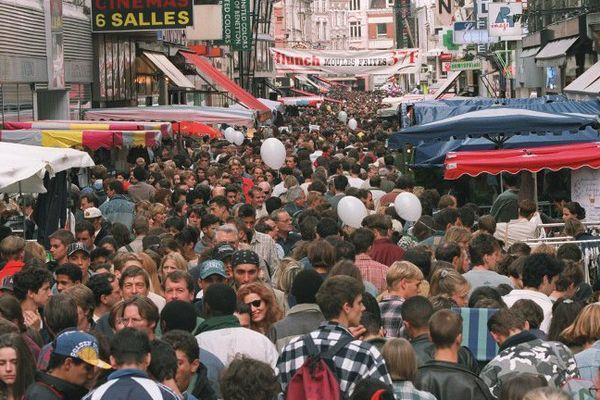 Peu de changements entre 1995 et aujourd'hui, les rues de Lille sont toujours aussi bondées pour la braderie. (archives)