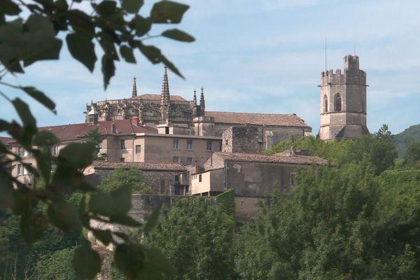 La cathédrale de Viviers a été impacté au niveau de sa voûte par le tremblement de terre du 11 novembre 2019 en Ardèche. Elle rouvre ses portes le 24 décembre 2020, pour la messe de Noël.