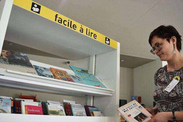 """L'espace """"Facile à lire"""" doit permettre aux personnes qui ont des difficultés avec l'écrit et/ou la lecture, de retrouver goût à la littérature grâce à des livres accessibles à tous."""