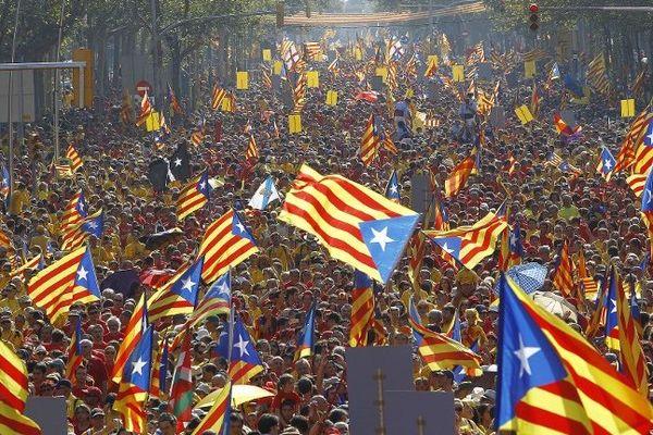 Un immense cortége dans les rues de Barcelone pour réclamer le référendum sur l'indépendance de la Catalogne. Le 11 septembre 2014.