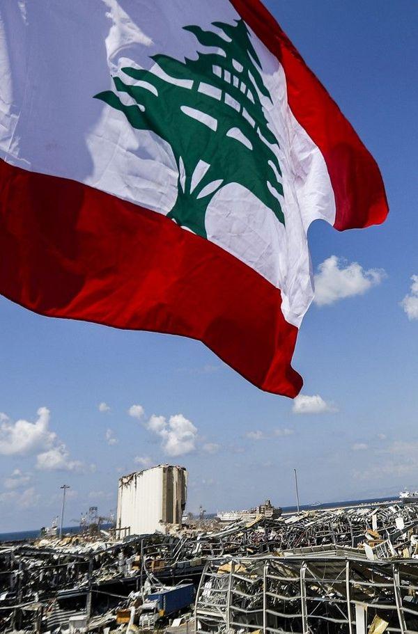 Le drapeau libanais flotte au-dessus de la zone de l'explosion.
