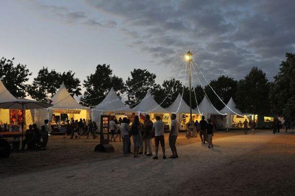 Un an sur deux, le festival se retrouve dans le quartier des Sablons, le long de la promenade Newton.