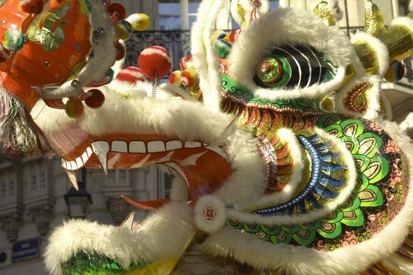 La danse du dragon accompagne traditionnellement partout dans le monde (ici à Paris) le nouvel an chinois.