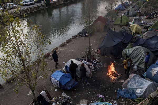 Un regroupement de migrants le long du canal Saint-Martin, à Paris, le 23 février 2018.