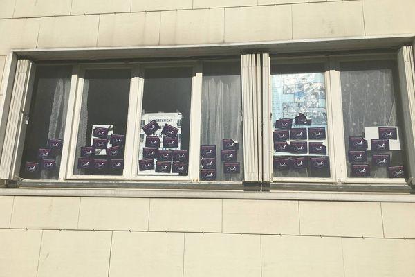 Les locaux du Planning familial de la Vienne dégradés avec des autocollants anti-avortement sur toutes les fenêtres du bâtiment.
