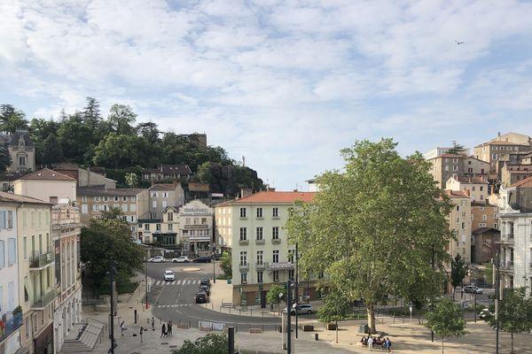 A Annonay (Ardèche) Des travaux ont été engagés pour remplacer un parking par une place piétonne qui a retrouvé vie.