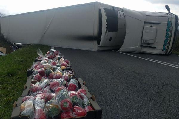 La camion transportait des légumes. Il faut tout décharger et recharger dans un autre poids lourds.