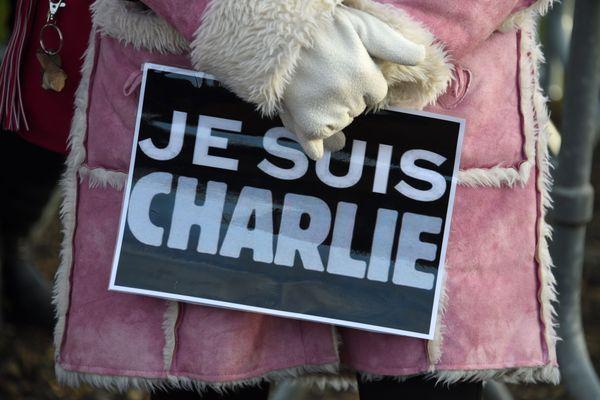 """Devenu symbole de ces attentats, """"Je suis Charlie"""" a été posté et diffusé sur Twitter par Joachim Roncin un graphiste et directeur artistique du magazine Stylist."""