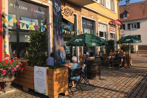 """L'épicerie multiservices """"Uns'r local"""" est devenue un nouveau lieu d'échange et de rencontres pour les villageois"""