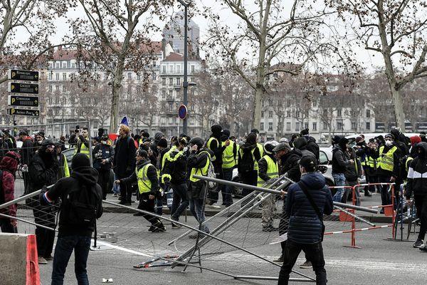 Lors de la manifestation des gilets jaunes le 26 janvier dernier, des individus montent une barricade de fortune, sur le quai Jules Courmont à Lyon.