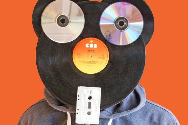 Pédro a utilisé un disque vinyle 33 tours pour le visage et deux 45 tours pour les oreilles. Les yeux sont en disque compact audio (CD) et une cassette audio (K7) qui fait figure de bouche.