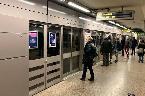 Des passagers du métro à Toulouse dans la station Jean Jaurès (novembre 2019)