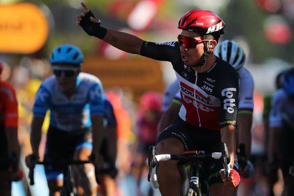 L'australien Caleb Ewan, de l'équipe Lotto, est le premier a passer la ligne d'arrivée à Poitiers ce mercredi 9 septembre, lors de la 11e étape du Tour de France 2020 entre Châtelaillon et Poitiers.