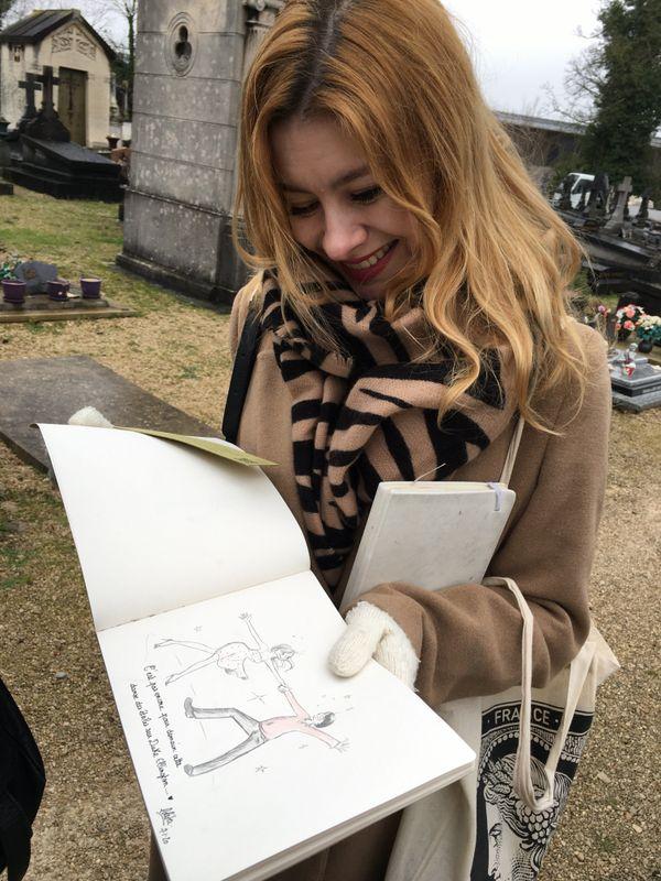 Lolita, dessinatrice fan de Cabu. Le 7 janvier 2020, devant la tombe du dessinateur à Châlons en Champagne.