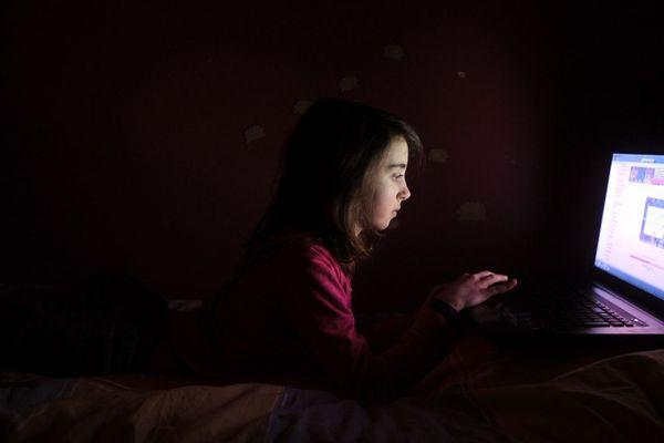 La surexposition aux écrans peut avoir de nombreuses conséquences sur la santé des enfants, dont le cerveau est en plein développement. Photo d'archives
