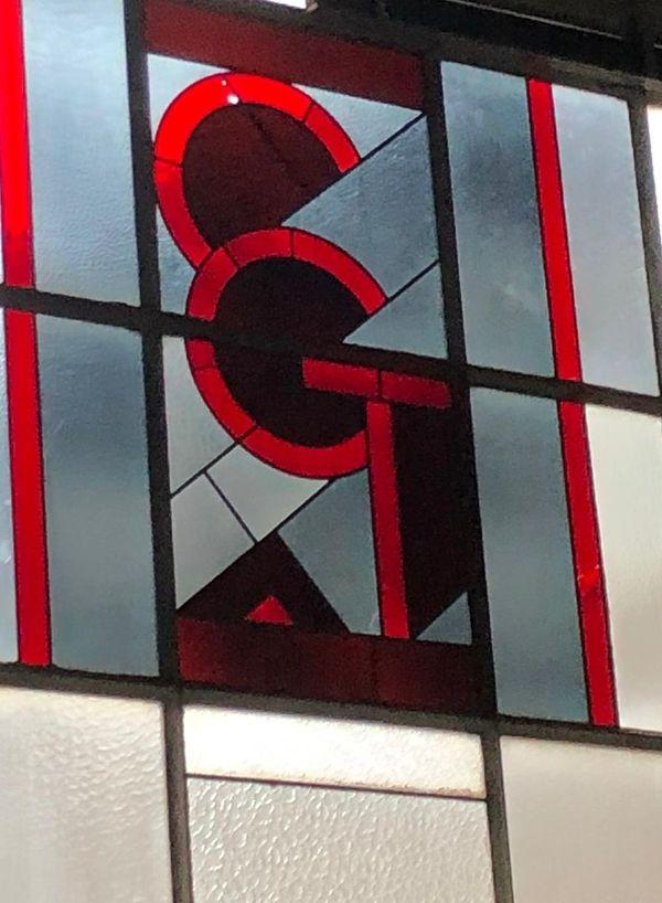 Les trois lettres du syndicat sur les vitraux