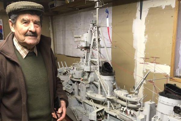 Marcel Rocher et sa maquette de bateau militaire qui peut naviguer.