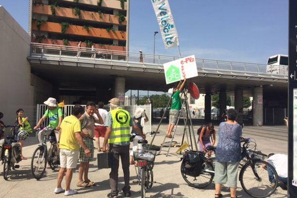 """Les cyclistes de """"Vélocité"""" ont érigé une sculpture éphémère pour protester contre l'insuffisance de places réservées aux deux-roues dans le parking St-Roch de Montpellier."""