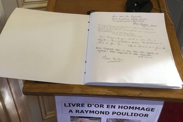 Le livre d'or ouvert à la mairie de Saint-Léonard-de-Noblat, en hommage à Raymond Poulidor