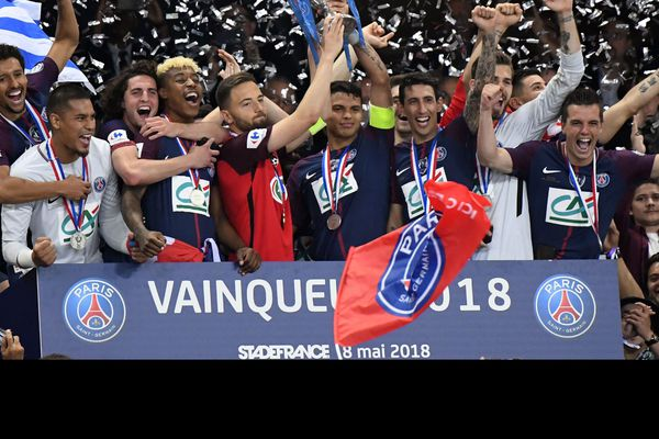 Le capitaine des Herbiers, Sébastien Flochon, porte la coupe avec le capitaine parisien, Thiago Silva.