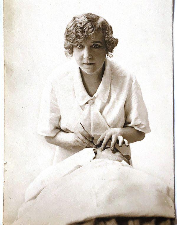Suzanne Noël en train d'opérer, 1925